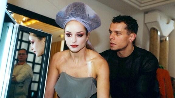Für das Model Alexandra (Lara Joy Körner) hat sich ihr Traum erfüllt: endlich hat sie den Kosmetikvertrag in Paris. Doch ihre Krankheit trübt die Freude, aber ihr Manager Marcus Berger (Torsten Stoll) will, dass sie durchhält.