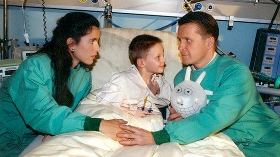 Dr. Barrach (Axel Wandtke) hat sich verliebt. Zusammen mit Sonja (Ina Bleiweifl) und ihrem Sohn Tim (Tim Hahn) geht Barrach nach Dresden.