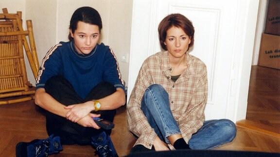 Alina (Alissa Jung, links) zieht mit Vladi und ihrem Sohn Jonas in eine gemeinsame Wohnung. Doch Vladi läßt sie und Pia (Hendrikje Fitz) wegen einer Patientin in der Sachsenklinik auf den Kisten sitzen.
