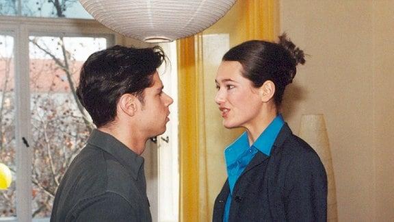 Vladi (Stephen Dürr) ist entsetzt: Alina (Alissa Jung) hat den Pilotentest mit Bravour bestanden und möchte ihre Ausbildung beginnen, die allerdings in einer anderen Stadt ist. Vladi wirft ihr grossen Egoismus vor, ohne Rücksicht auf ihn und ihr gemeinsames Baby.
