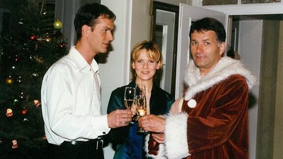 Das Fest der Liebe veranlaßt, all die Streitigkeiten der letzten Tage zwischen den Freunden Achim (Holger Daemgen, links), Kathrin (Andrea Kathrin Loewig) und Roland (Thomas Rühmann) vergessen zu lassen. Fröhliche Weihnachten!
