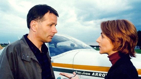 Die Überraschung ist gelungen: Pia (Hendrikje Fitz) dachte, es sei eine andere  Frau im Spiel, doch Roland (Thomas Rühmann) nimmt nur Flugstunden, um mit Pia über den Wolken zu schweben...