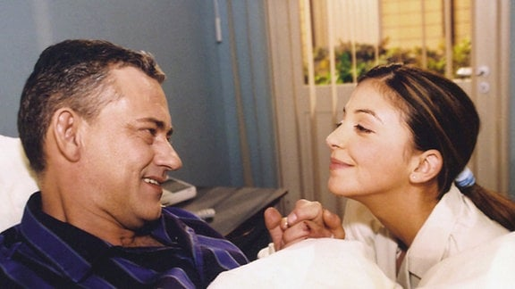 Arzu (Arzu Bazman) läßt ihren Vater Klaus Ritter (Rolf Kanies) immer noch im Glauben, dass es keinen weiteren Mann in ihrem Leben gibt.