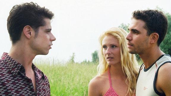 Vladi (Stephen Dürr, links) entdeckt durch Zufall den Ehemann (Marco Wallraf) einer liebgewonnenen Patientin mit einer Frau inflagranti. Soll er die Wahrheit vertuschen, um nicht das Krankenbild zu gefährden?
