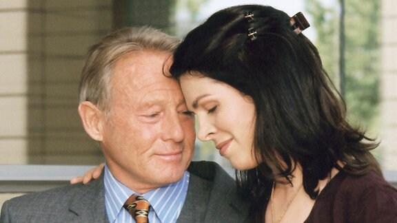 Elena Eichhorn (Cheryl Shepard) hat sich in ihrem Vater Raimund (Günter Clemens) getäuscht und bittet ihn um Verzeihung.