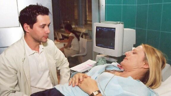 Iris Heine (Michaela Caspar) geriet in einen Verkehrsunfall und Dr. Brentano (Thomas Koch) diagnostiziert einen Milzriss und veranlaßt sofort die OP.