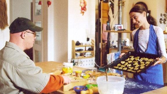 Elfi Brenner (Maral Schäfer) und ihr behinderter Bruder Tim (Bobi Brederlow) stecken mitten in den Weihnachtsvorbereitungen.