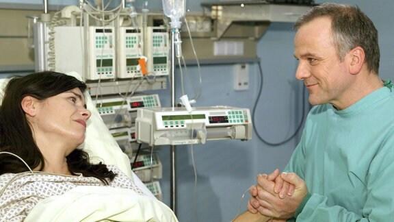 Vera (Nicola Tiggeler) überwindet ihre Scham und beginnt offen mit ihrem Mann Richard (Bernhard Schütz) zu sprechen.