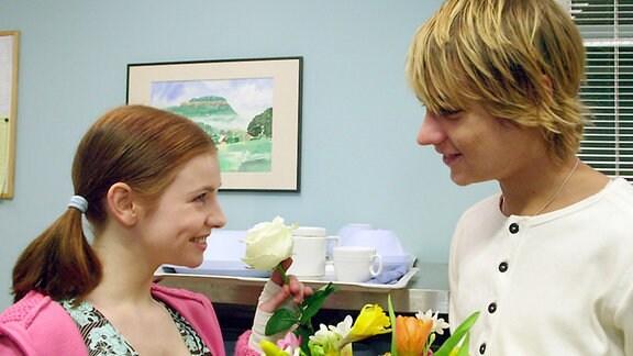 Andreas Biebert (Constantin von Jascheroff) verliebt sich in die todkranke Saskia Bannach (Josefine Preuß).