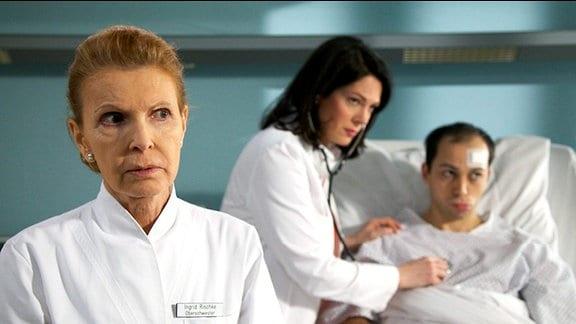 Ingrid hat Benjamin versprochen, dass der Professor seinem Leiden ein Ende machen kann. Doch dem war nicht so. Benjamin beginnt aufzugeben, noch dazu wurde ihm nun auch noch eine Herzbeutelentzündung diagnostiziert.