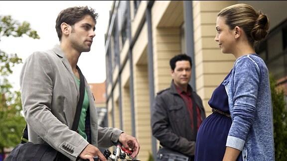 Arzu trifft Niklas wieder. Sie sind beide befangen.