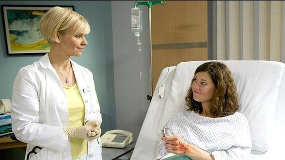 Iris Markgraf erzählt Dr. Kathrin Globisch von Ihren Gefühlen für Arthur Dosse.