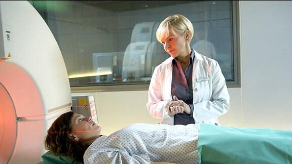 Dr. Kathrin Globisch untersucht Iris Markgraf erneut. Daraufhin muss sie sofort operiert werden.