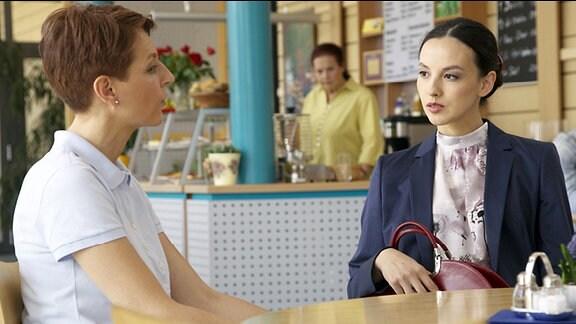 Pia verabredet sich mit in der Sachsenklinik mit Dr. Kimberley La. Sie ist eifersüchtig und möchte wissen, wie ihr Mann auf die Dame reagiert.