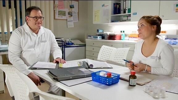 Schwester Julia (Sarah Tkotsch) versucht Hans-Peter Brenner (Michael Trischan) zu überreden, mit ihr den Dienst zu tauschen