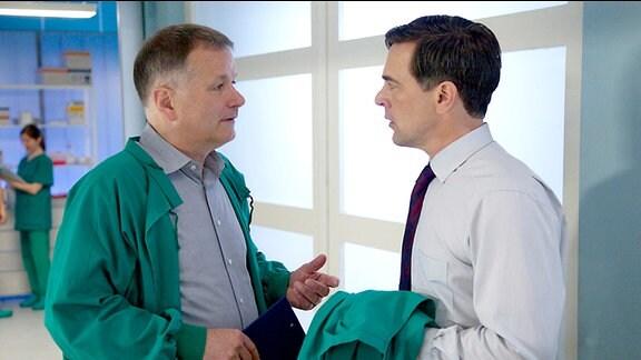 Dr. Roland Heilmann (Thomas Rühmann, li.) bittet Oliver Heller (Wolfgang Krewe, re.) um ein gemeinsames Gespräch mit Wolfgangs Frau Kerstin