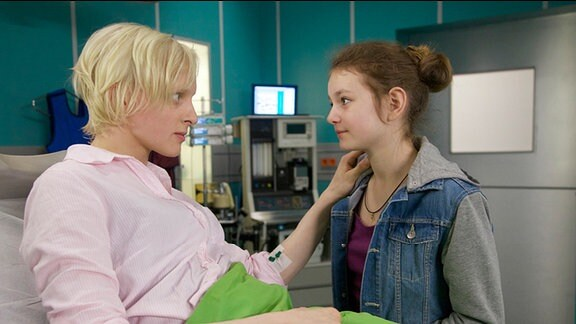 Die 13-jährige Lara Lehmann (Greta Bohacek, re.) versichert ihrer Mutter Corinna (Anne Müller, li.), dass sie sich um ihren kleinen Bruder kümmern wird.