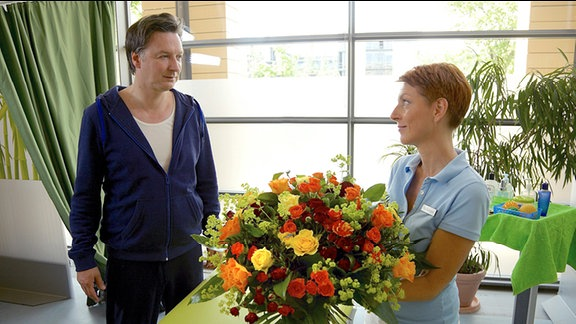 Pia Heilmann (Hendrikje Fitz) fühlt sich von dem überschwänglichen Lob ihres Patienten Wolfgang Gebert (Martin Armknecht) geschmeichelt.