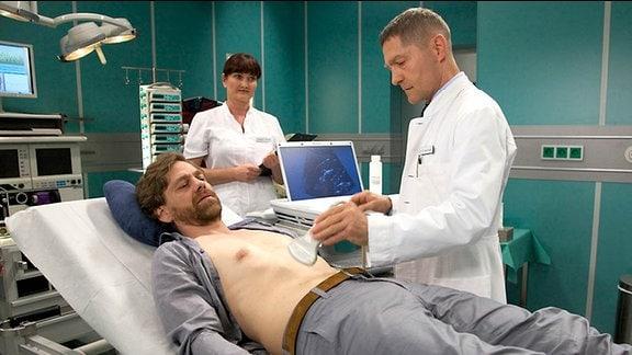 2_ Dr. Kaminski (Udo Schenk, re.) diagnostiziert einen Nierenstein.