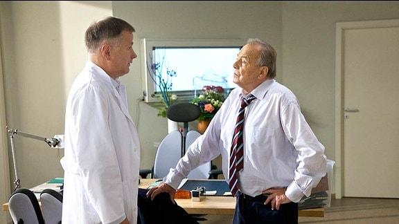 4_Dr. Roland Heilmann (Thomas Rühmann, li.)und  Prof. Simoni (Dieter Bellmann, re.)