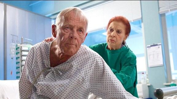 Otto Stein (Rolf Becker) sitzt nachdenklich im Krankenhausbett, Charlotte (Ursula Karusseit) schaut ihn sorgenvoll an
