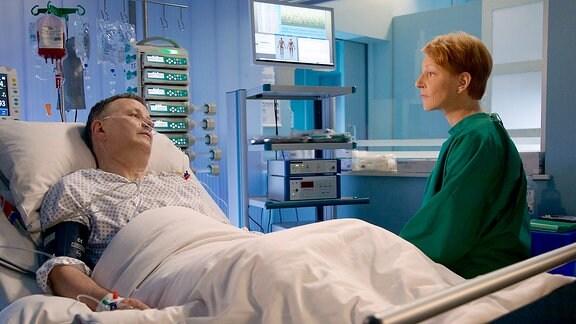 """Dr. Roland Heilmann (Thomas Rühmann) ist wieder aufgewacht. An seinem Bett sitzt überglücklich seine Frau Pia Heilmann (Hendrikje Fitz). Noch kann niemand genau sagen, ob sein Hirn durch den langen Kreislaufstillstand Schaden genommen hat. Als Roland Pia erzählt, dass es ein gutes Gefühl war, die """"weißen Lichter"""" gesehen zu haben, ist diese zutiefst verunsichert"""