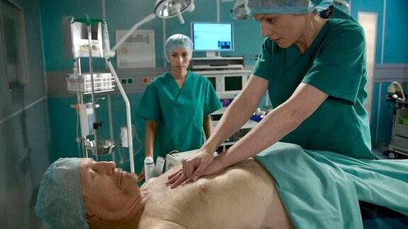 Reiner Schöne als Viktor Ziemann, Anja Nejarri als Dr. Lea Peters, Hintergrund: Komparsin