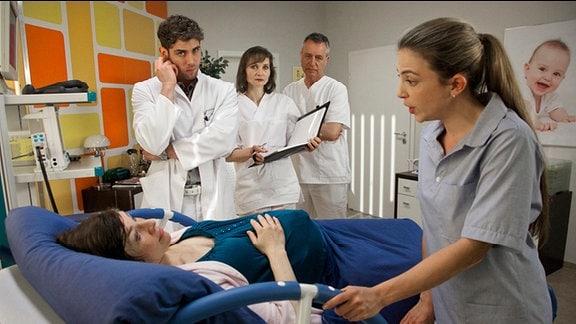Schwester Arzu am Krankenbett