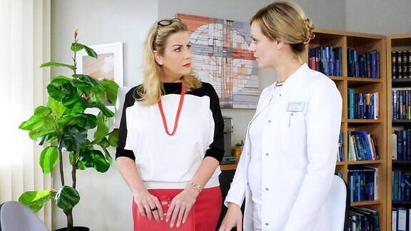 Sarah Marquardt (Alexa Maria Surholt) und Dr. Lea Peters (Anja Nejarri) (v.l.n.r.)