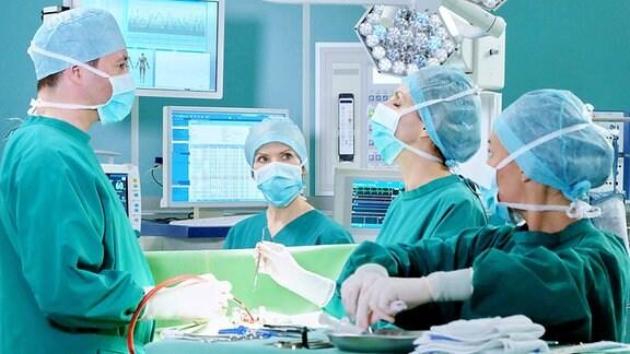 Dr. Philipp Brentano (Thomas Koch), Dr. Kathrin Globisch (Andrea Kathrin Loewig), Dr. Lea Peters (Anja Nejarri),  und eine Komparsin (v.l.n.r.)