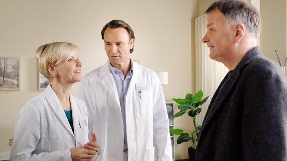 Dr. Kathrin Globisch (Andrea Kathrin Loewig), Dr. Martin Stein (Bernhard Bettermann) und Dr. Roland Heilmann (Thomas Rühmann) (v.l.n.r.)