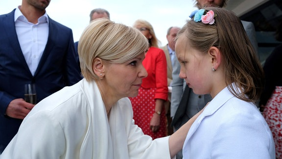 Kathrin Globisch (Andrea Kathrin Loewig, li.) muss ihrer Tochter Hanna (Lana Sophie Böhm, re.) sagen, dass ihr Verlobter Alexander nicht kommen wird und sie ihn auch nicht geheiratet hat. Hanna ist wahnsinnig traurig und sie versteht es nicht.