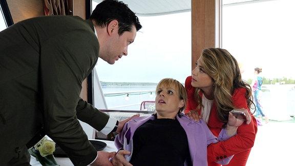 Beim Aufprall des Schiffes ist Dr. Lea Peters (Anja Nejarri, mi.) gestürzt und nun haben vorzeitig die Wehen eingesetzt. Arzu Ritter (Arzu Bazman, re.) und ihr Mann Dr. Philipp Brentano (Thomas Koch, li.) versuchen Lea zu beruhigen, doch in der hochschwangeren Ärztin steigt mehr und mehr Panik auf. Als Lea klar wird, dass der Aufprall kein Ufer, sondern eine Insel war, verlangt sie sofort nach einem Rettungsboot. Sie will ihr Kind unter keinen Umständen an Bord des Schiffes zur Welt bringen.