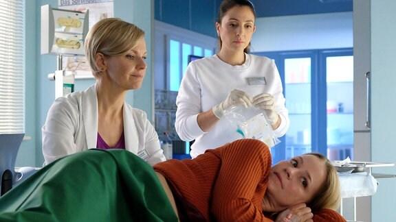 Dr. Kathrin Globisch und Arzu Ritter untersuchen Bernadette Winkler.