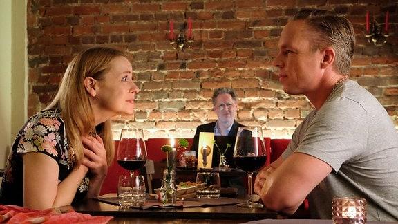 Ein mann und eine Frau im Restaurant.
