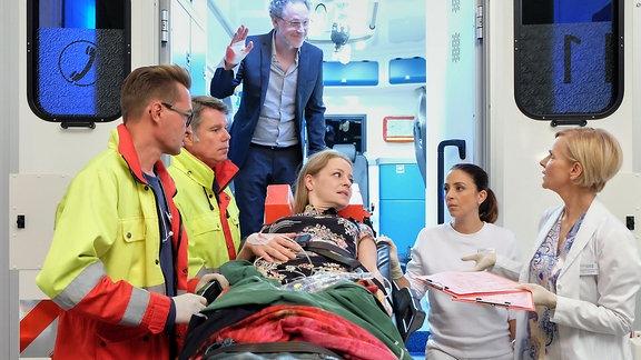 Eine Frau wird in die Sachsenklinik eingeliefert.