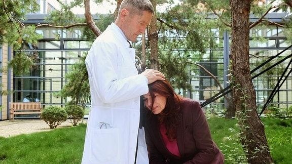 Vera Bader wird von Dr. Kamiinski getröstet.