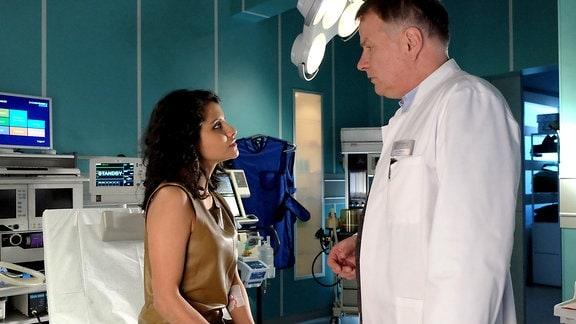 Sira Dasgupta Fischer hat von dem Autounfall nur leichte Kratzer, die schnell versorgt sind. Da ihr aber übel war und sie Kopfschmerzen hat, würde Dr. Roland Heilmann sie lieber eine Nacht zur Beobachtung in der Sachsenklinik aufnehmen.