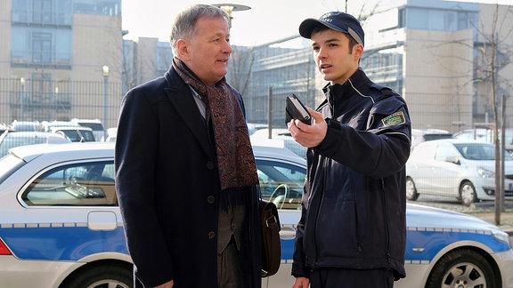 Dr. Roland Heilmann (Thomas Rühmann, li.) trifft vor der Klinik auf seinen Enkel Jonas (Anthony Petrifke, re.).
