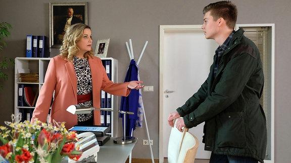 Bastian (Johann Lukas Sickert) gesteht seiner Mutter Sarah Marquardt (Alexa Maria Surholt), dass er ein Auto leicht gerammt hat und dann einfach weitergefahren ist.