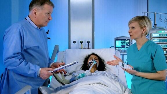 Sira Dasgupta Fischer benötigt dringend eine Blutspende. Während der OP durch Dr. Kathrin Globisch und Dr. Roland Heilmann  hat die Patientin notfallmäߟig Blutgruppe Null erhalten, doch auf diese reagiert sie allergisch.