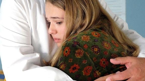 Dr. Roland Heilmann (Thomas Rühmann) nimmt tröstend seine Tochter Lisa (Ella Zirzow) in den Arm.