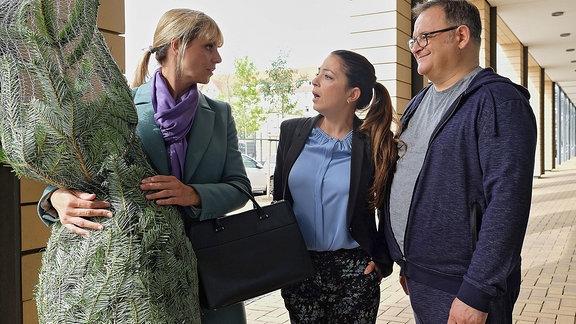 Oberschwester Arzu (Arzu Bazman, mi.) und Hans-Peter Brenner (Michael Trischan, re.) treffen verwundert auf Dr. Lea Peters (Anja Nejarri, li.).