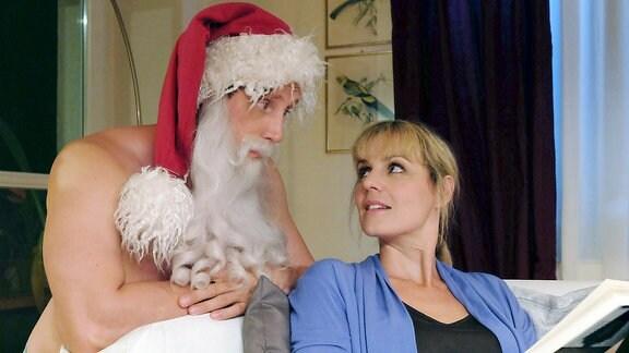 Jenne Derbeck (Patrick Kalupa) versucht, seine Freundin Dr. Lea Peters (Anja Nejarri) schonend und mit Augenzwinkern darauf vorzubereiten, was da auf sie zukommt.