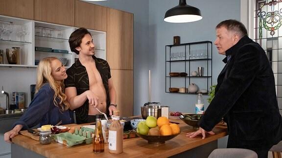 Nils' (Yannic Eilers, 2.v.li.) und Lisa (Ella Zirzow, li.) in der Küche mit Roland Heilmann (Thomas Rühmann, re.)