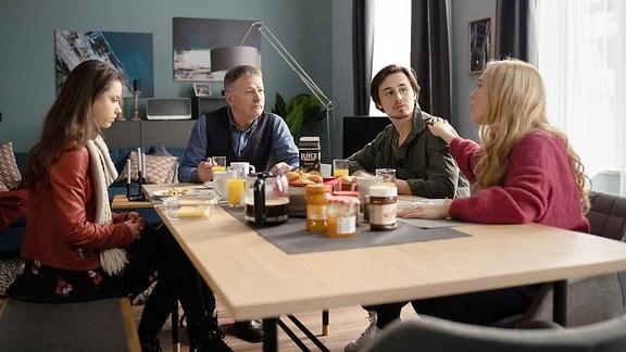 Roland Heilmann mit Lisa, Emma und Nils am Küchentisch.