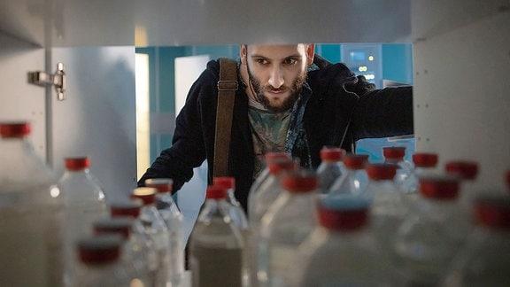 David Albig (Tim Bettermann) sucht in der Klinik nach den Drogenpäckchen, die die Polizei gleich abholen soll.