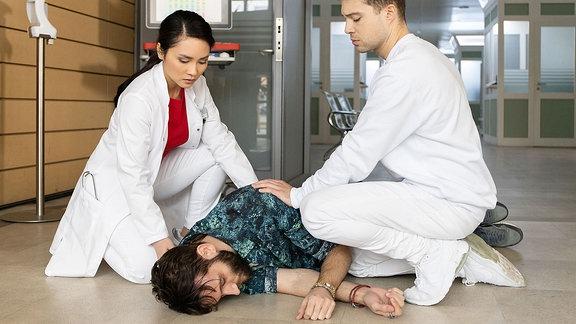 David Albig (Tim Bettermann, mi.) bricht im Foyer der Klinik zusammen.