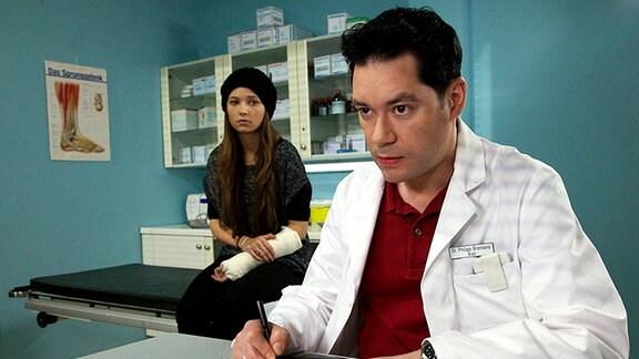 Laura Seidler (Lena Meckel) versichert Dr. Philipp Brentano (Thomas Koch), keine Drogen genommen zu haben. Die Schülerin legt bei der Untersuchung in der Sachsenklinik ein nahezu unverschämtes Verhalten an den Tag.