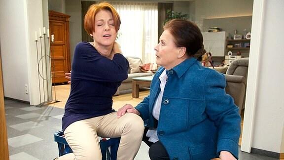 Pia Heilmann (Hendrikje Fitz, li.) hat sich so gut von ihrer letzten Operation erholt, dass sie glaubt, ohne Hilfe klarzukommen. Doch plötzlich hat sie starke Schmerzen an ihrer Operationsnarbe. Charlotte Gauss (Ursula Karusseit, re.) hat Angst, dass sich Pia übernommen hat.